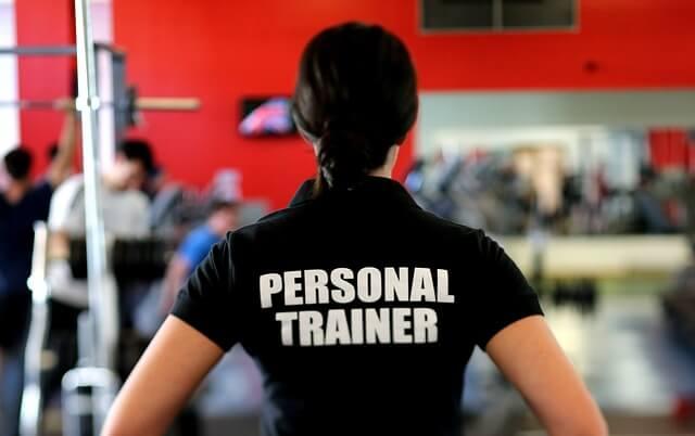 Kuvassa personal trainer pitämässä salituntia